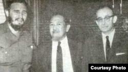 Ali Sastroamidjojo (kedua dari kiri) bersama dengan Pemimpin Kuba, Fidel Castro (paling kiri) ketika mengunjungi Kuba. (foto: dok keluarga)