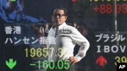 15일 일본 도쿄의 증권시장에서 한 남성이 전광판을 바라보고 있다.