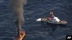 Kapal 'hantu' yang terombang-ambing di teluk Alaska mulai ditenggelamkan oleh satuan pengawas pantai AS.
