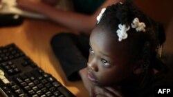 Bé Jayla, sống trong một trung tâm tạm ngụ ở Los Angeles, California, đang học sử dụng computer do những người tình nguyện đến dạy cho trẻ em không nhà
