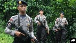 2014年1月1日,印尼反恐部隊對印尼希普塔特一處據信是激進分子藏身地的房屋進行了夜間突襲後,警察守衛在現場附近。