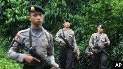 Polisi berpatroli di daerah dekat sebuah rumah yang dipakai sebagai tempat persembunyian tersangka militan menyusul penggerebekan di Ciputat, Jakarta, 1 Januari 2014.