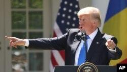 川普总统和来访的罗马尼亚总统克劳斯·约翰尼斯在白宫玫瑰园回答记者提问。(2017年6月9日)
