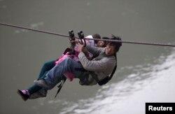 怒江地区村民一家人通过悬索过河(2014年3月)