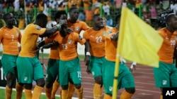 Wachezaji wa Cameroon wakishangilia goli lao dhidi ya Senegal Jan 28