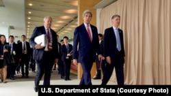 Dari kiri ke kanan: Wakil Perdana Menteri left, U.S. Undersecretary of State for Political Affairs Thomas Shannon, Secretary of State John Kerry and British Foreign Secretary Philip Hammond arrive at the Grand Prince Hotel in Hiroshima, Japan, for the G-7 ministerial meeting, April 10, 2016.