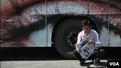 "Seorang pria Iran tengah membaca surat kabar (Foto: dok). Iran menutup harian ""Bahar"", surat kabar reformis terkait artikel yang dituduh merongrong nilai-nilai Islami, Senin (28/10)."
