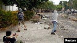 Manifestantes usan hondillas para repeler una embestida de la guardia nacional en San Cristóbal, Venezuela, a unos 660 kilómetros de Caracas.