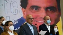 Jorge Rodriguez, al centro, presidente de la Asamblea Nacional de Venezuela, habla ante los medios de comunicación en Caracas. Octubre 16, 2021.