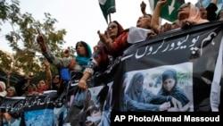 22일 파키스탄 카라치에서 파키스탄인민당 관계자들이 차르사다 지역에서 발생한 폭탄 테러에 항의하는 시위를 벌였다.