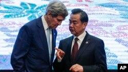 존 케리 미국 국무장관(왼쪽)과 왕이 중국 외교부장이 지난 8월 말레이시아에서 열린 동아시아정상회의 외무장관회담에서 대화하고 있다. (자료사진)