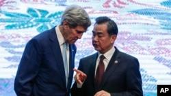 6일 말레이시아 퀄라룸푸르에서 열린 아세안 외무장관회의에서 존 케리 미국 국무장관(왼쪽)과 왕리 중국 외교부장이 대화하고 있다.