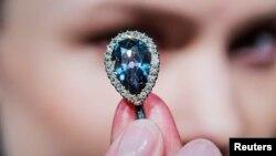 الماس آبی «فارنزه» که سیصد سال در خاندان سلطنتی اروپا دست به دست گشته زیر چوب حراج می رود