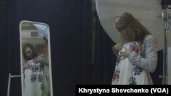 Модель Олена Швем приміряє вишиванку