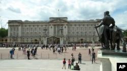 Para turis di bagian depan Istana Buckingham, kediaman resmi Ratu Inggris di London, Juni 2016. (AP/Alastair Grant)