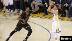 Stephen Curry (30) de Golden State tente une lancée face au centre de Cleveland Cavaliers Tristan Thompson (13) lors d'un match de la finale de la NBA à Oracle Arena, 19 juin 2016. Credit: Kelley L Cox-USA TODAY Sport