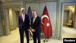 美国国务卿克里(左)和土耳其外长卡乌索格鲁(右)在吉隆坡等待开会(2015年8月5日)。