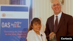 "Josefa Condori recibe el premio ""Free the Slaves"" de la fundación Frederick Douglass en la OEA. El reconocimiento se lo entregó el director ejecutivo de Free the Slaves, Maurice Middleberg [Foto: Cortesía Global Fund for Children]."