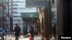 Cảnh sát New York đứng bảo vệ nơi phát hiện mảnh vỡ chiếc máy bay trong vụ khủng bố ngày 11 tháng 9, tại New York, 27/4/2013