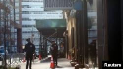Polisi New York menjaga lokasi di mana ditemukan puing roda pendarat pesawat yang diduga dari pesawat yang dibajak dalam serangan 11 September 2001 (foto: 27/4).