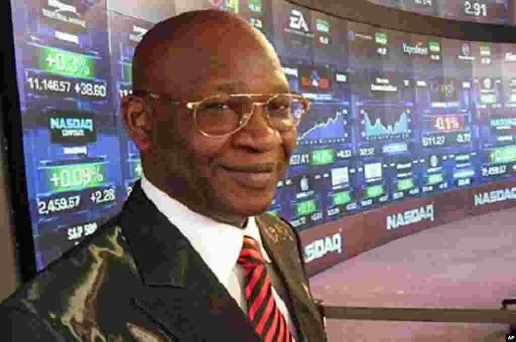 Dr. Isa Odidi a kasuwar NASDAQ jim kadan kafin ya kada kararrawar bude kasuwar, dake New York, Jumma'a, 22 Oktoba, 2010.