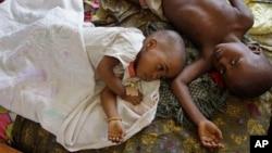 Deux enfants allongés, atteint de paludisme, dans une petit village congolais, Walikale, le 19 septembre 2010.
