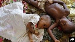 Dos niños afectados por la malaria descansan en un hospital en el pequeño pueblo de Walikale, Congo.