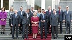 Premijer Mark Rute sa leve strane kraljice Beatrise i ministrima nove holandske vlade u Hagu 14. oktobar 2010.