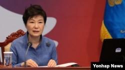 박근혜 한국 대통령이 15일 청와대에서 열린 영상국무회의에서 모두발언을 하고 있다.