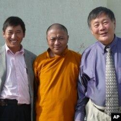 魏京生(右起)和西藏僧人勇珠江村及翻译洛桑