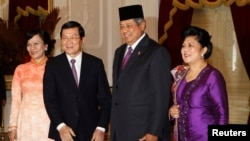 Chủ tịch nước Việt Nam Trương Tấn Sang (trái) cùng phu nhân, bà Mai Thị Hạnh, chụp ảnh chung với Tổng thống Indonesia Susilo Bambang Yudhoyono và phu nhân, bà Ani Yudhoyono trước cuộc họp ở Điện Merdeka, Jakarta, 27/6/2013. REUTERS/Enny Nuraheni