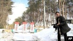图为美国之音记者赫尔曼3月6日在日本福岛周围摄像