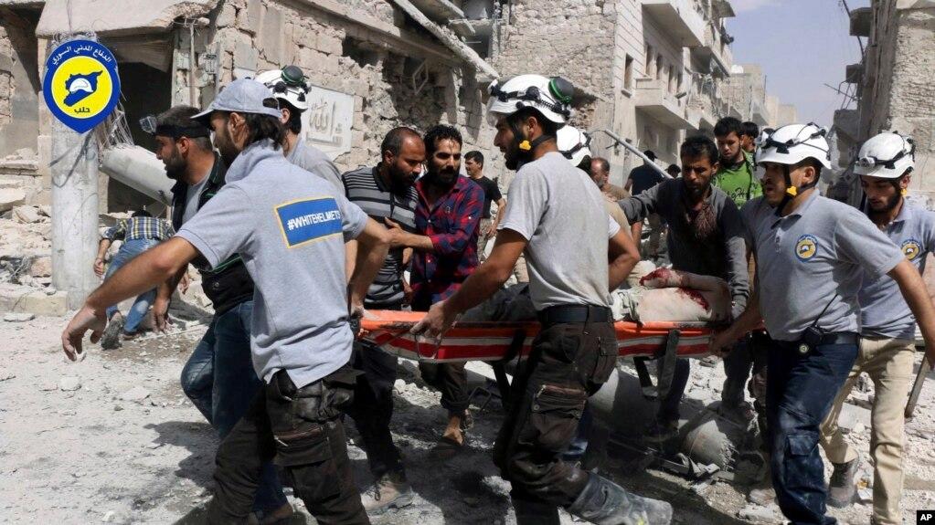 """Bộ phim tài liệu dài 40 phút """"The White Helmets"""" (Những chiếc mũ bảo hộ màu trắng) kể về các nhân viên cứu hộ đặt mạng sống của họ vào tình thế nguy hiểm để cứu những người Syria bị tác động bởi cuộc nội chiến."""