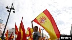 Demonstran melambaikan bendera Spanyol dalam aksi demo mendukung persatuan Spanyol di hari pelaksanaan referendum kemerdekaan di Catalonia, di Madrid, 1 Oktober 2017. Pemerintah Spanyol telah melarang pelaksanaan pemungutan suara tersebut.