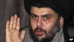 ທ່ານ Muqtada al Sadr, ຊຶ່ງເປັນນັກບວດສາສະໜາອິສລາມນິກາຍ Shi'ite ແລະເປັນນັກການເມືອງ ທີ່ມີອິດທິພົນຫລາຍທີ່ສຸດ ຜູ້ນຶ່ງໃນອີກຣັກ (AP Photo/Bassem Tellawi, File)
