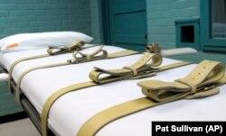 Brankar yang digunakan untuk menahan tahanan yang dihukum selama proses injeksi mematikan ditampilkan di rumah kematian Texas di Huntsville, Texas, 27 Mei 2008. (Foto: AP/Pat Sullivan)