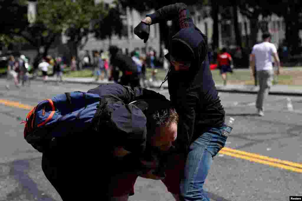 អ្នកថតរូបម្នាក់ត្រូវបានបាតុករបិទមុខវាយនៅក្នុងឧទ្យាន Martin Luther King Jr. Civic Center ក្នុងការប្រមូលផ្តុំមួយដែលមានឈ្មោះថា No Marxism in America និងការធ្វើបាតុកម្មតបតវិញនៅក្នុងក្រុង Berkeley រដ្ឋ California កាលពីថ្ងៃទី២៧ ខែសីហា ឆ្នាំ២០១៧។