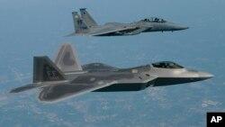 Chiến đấu cơ Raptor F/A-22 (phía trước) bay bên cạnh một chiến đấu cơ F-15 gần căn cứ không quân Langley, Virginia (Ảnh: Không quân Hoa Kỳ)