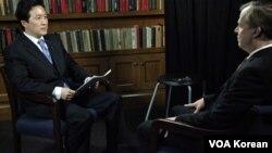 VOA 백성원 기자(왼쪽)와 글린 데이비스 미 대북정책 특별대표.