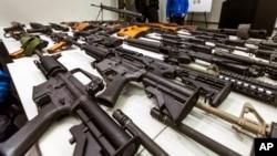 LA 경찰 본부에 진열된 반자동소총 (자료사진)