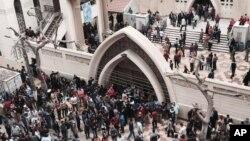Родственники и другие граждане собрались около церкви после взрывов у христианских церквей. город Танта, Египет. 9 апреля 2017 г.
