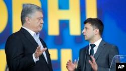 ប្រធានាធិបតីអ៊ុយក្រែន Petro Poroshenko (ឆ្វេង) និងបេក្ខជនប្រធានាធិបតីពីគណបក្សប្រឆាំង លោក Volodymyr Zelenskiy ជជែកនៅលើកញ្ចក់ទូរទស្សន៍ នៅកីឡដ្ឋានអន្តរជាតិអូឡាំពិក ក្នុងទីក្រុងកៀវ ប្រទេសអ៊ុយក្រែន កាលពីថ្ងៃទី១៩ មេសា ២០១៩។