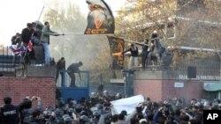Balyozxana Brîtanî li Tehranê roja Sêşemê rastî hêrişekê hat.