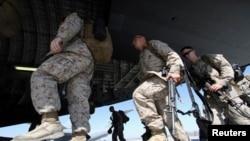 지난해 3월 키르키스스탄에 있는 마나스 공군기지에서 미군들이 아프가니스탄 파병기에 오르고 있다.