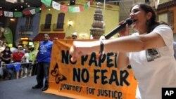 """""""乔治亚拉美裔争取人权联盟""""成员、来自墨西哥的阿德丽娜•尼科斯和其他无证移民一道在亚特兰大参加""""无证件 莫害怕""""的维权活动(2012年8月25日)"""