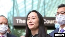 华为高管孟晚舟获释后在不列颠哥伦比亚省最高法院外对媒体宣读声明。(2021年9月24日)