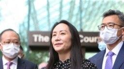 Direktur Keuangan Huawei Meng Wanzhou (tengah) berbicara kepada media di luar gedung Mahkamah Agung Kanada di Vancouver setelah putusan pembebasan dirinya pada 24 September 2021. (Foto: Reuters/Jesse Winter)