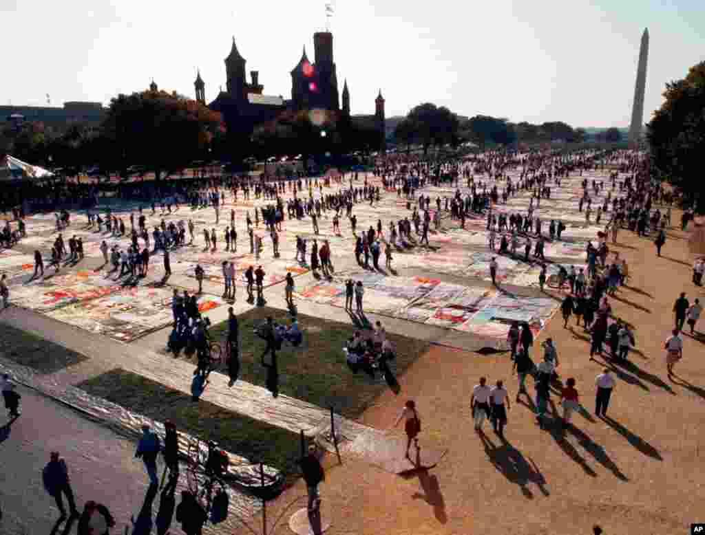 La última vez que el edredón fue expuesto en Washington fue en 1996, cuando 2000 de los paneles que componen la colcha fueron presentados ante más de 70.000 personas.