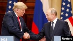 도널드 트럼프 미국 대통령과 블라디미르 푸틴 러시아 대통령이 16일 헬싱키 정상회담에 이어 열린 공동기자회견에서 악수하고 있다.
