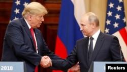 Rukovanje američkog i ruskog predsednika na zajedničkoj konferenciji za novinare posle sastanka u Helsinkiju (Foto: Reuters/Grigorij Dukor)